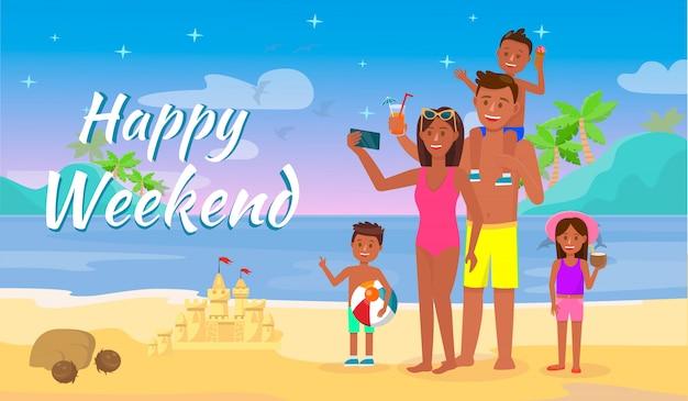 Donna uomo e bambini che si divertono sulla spiaggia di nighty