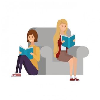 Donne che si siedono sulla sedia con il libro in mano