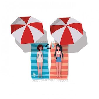 Donne con costume da bagno per prendere il sole