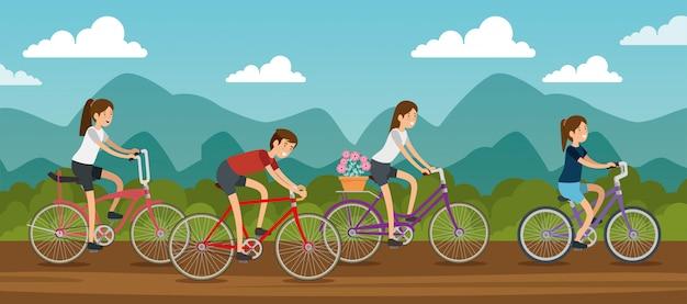 Donne e amici uomini in sella a una bicicletta