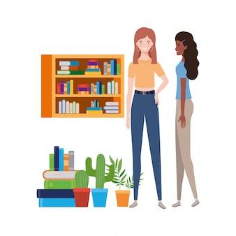 Donne in piedi con libreria di legno e libri