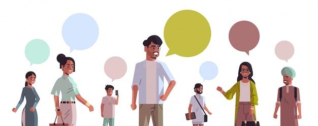 Donne indiane degli uomini con la gente sociale di concetto di comunicazione di media di discorso della bolla di chiacchierata che usando il ritratto orizzontale di chiacchierata online di app