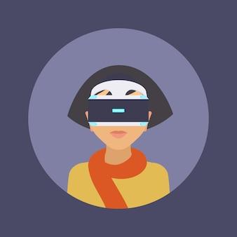 Donne nelle cuffie da realtà virtuale