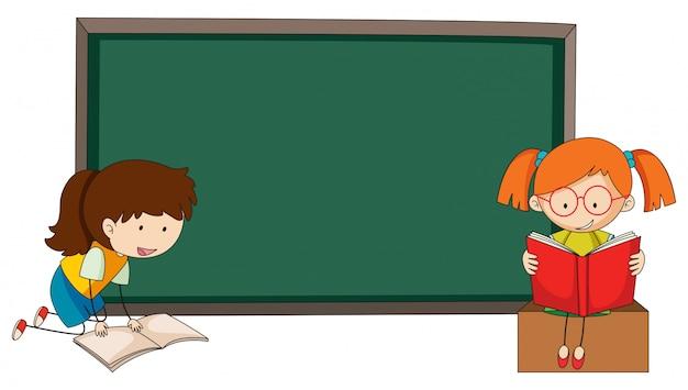 Doodle ragazze che leggono il libro sul modello di lavagna