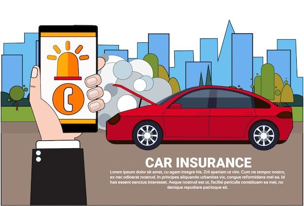 Driver holding smart phone ordina l'assistenza per il servizio di assicurazione
