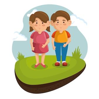 Due bambini al parco con erba verde e cielo blu