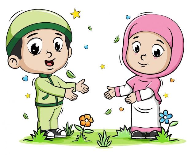 Due bambini musulmani che giocano nel parco