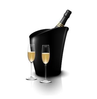Due bicchieri di vino con bottiglie di champagne in un secchio di ghiaccio