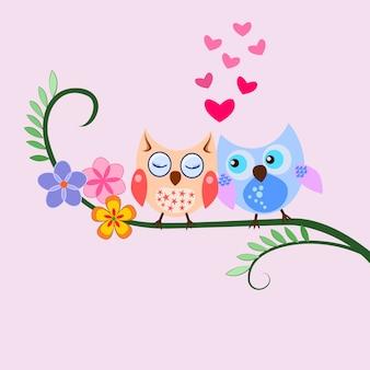 Due gufo sveglio sul ramo con il concetto di amore di forma del cuore