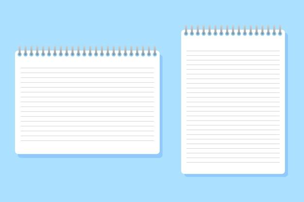 Due quaderni di diverse dimensioni posizionati su blu