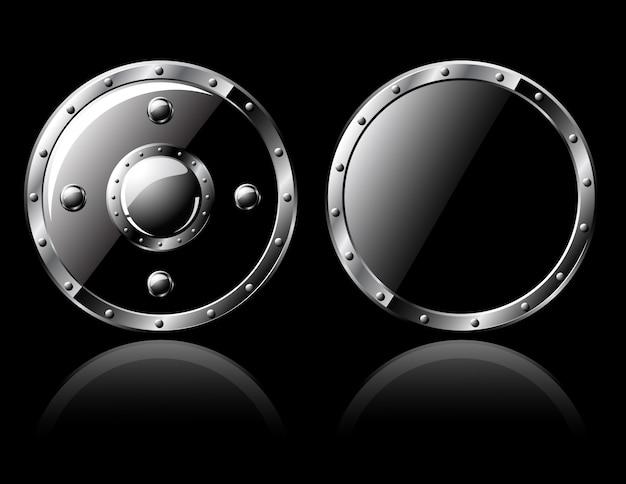 Due scudi d'acciaio - isolati sul nero
