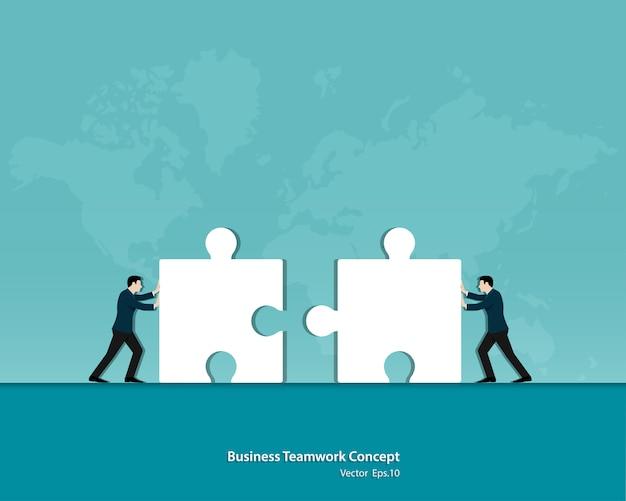 Due uomini d'affari che spingono insieme i puzzle