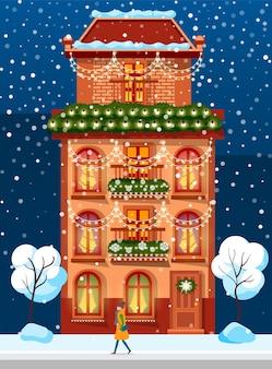 Edificio vivente con decorazione festiva invernale