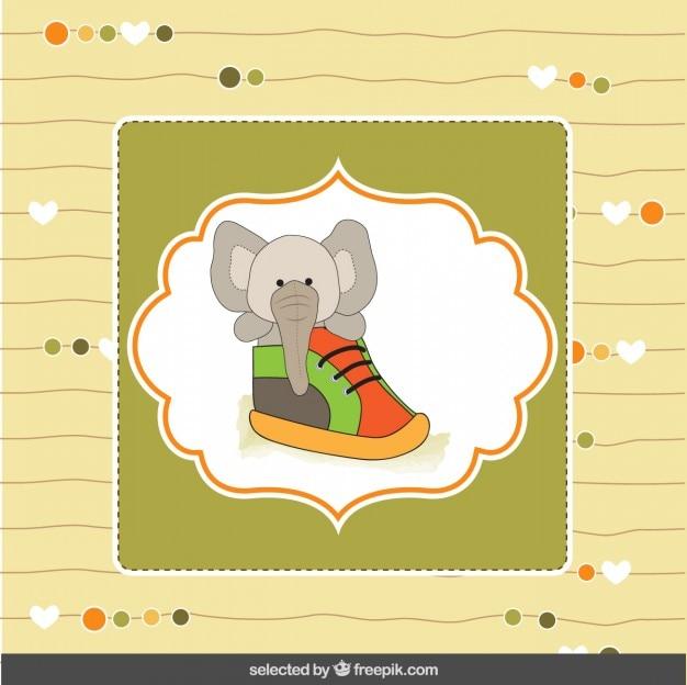 Elefante sveglio all'interno di una scarpa poco