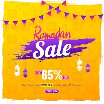 Elegent sale poster o banner design per ramadan sale con lampade a sospensione e 65% di sconto