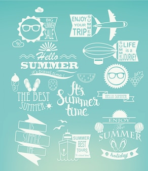 Elementi di design vacanze estive su sfondo blu.