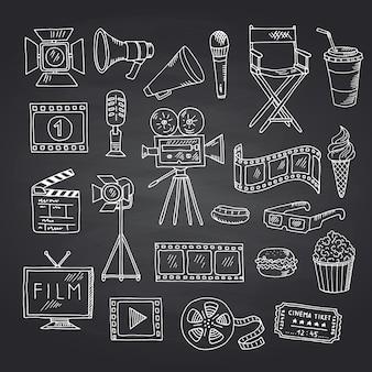 Elementi di scarabocchio del cinema di vettore sull'illustrazione nera della lavagna