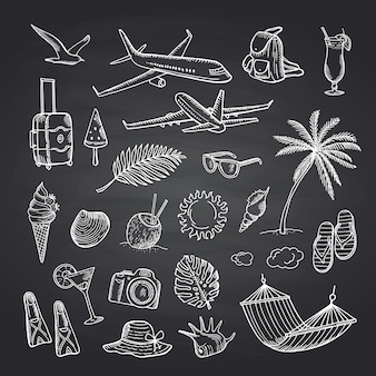 Elementi di viaggio di estate sul set lavagna nera