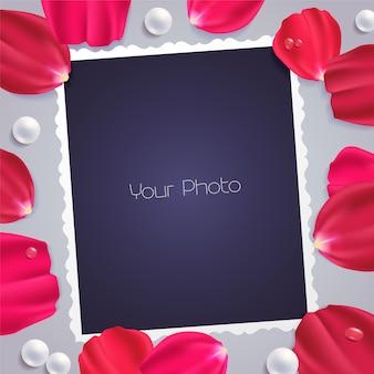 Elemento di design con petali di rosa e modelli per l'inserimento di foto