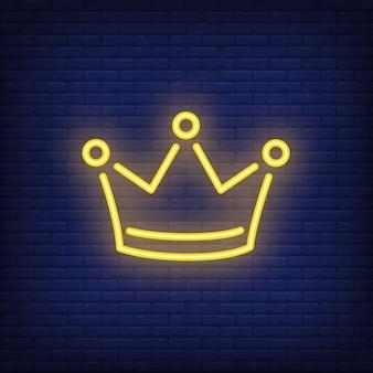 Elemento pubblicitario luminoso notte corona gialla. concetto di gioco d'azzardo per insegna al neon