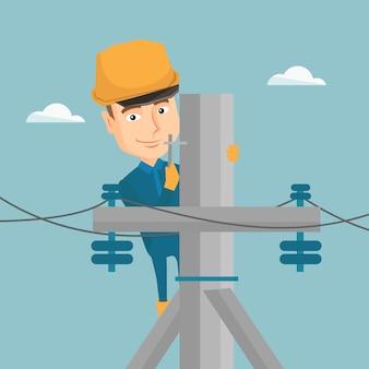 Elettricista che lavora al palo di energia elettrica.