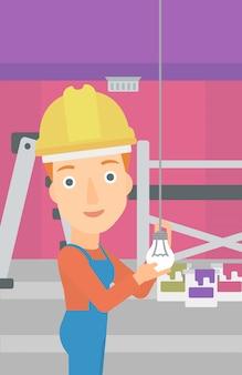Elettricista che torce la lampadina.