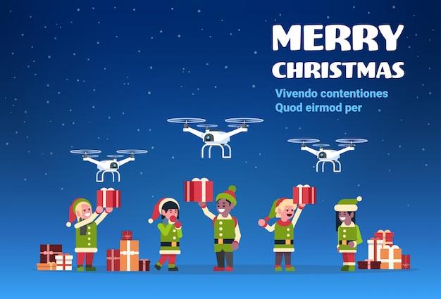 Elfo babbo natale aiutante tenendo confezione regalo drone presente servizio di consegna vacanze di natale nuovo anno