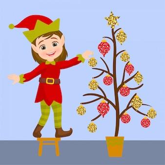Elfo che decora l'albero di natale