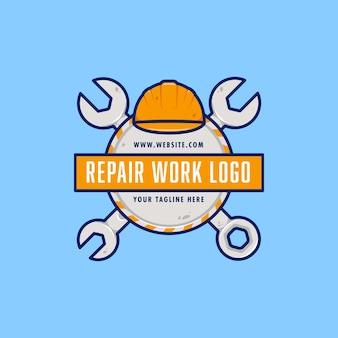 Emblema del distintivo del logo del lavoro di riparazione del meccanico del tecnico dell'ingegnere con la chiave e casco duro di sicurezza