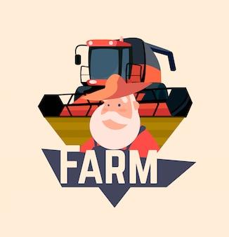 Emblema di fattoria, logo con una mietitrebbia e un vecchio contadino in stile cartone animato.