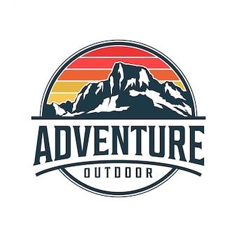 Emblema di montagna stile monogramma - natura selvaggia all'aperto everest