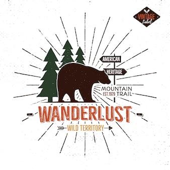 Emblema di wanderlust disegnato a mano vintage con elementi di orso, foresta e sprazzi di sole.