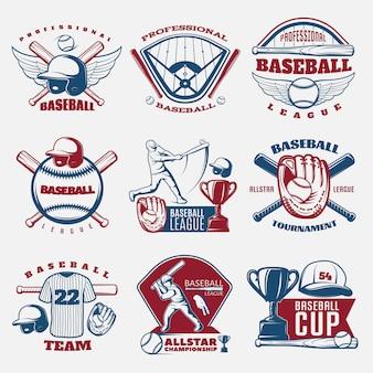 Emblemi colorati baseball delle squadre e dei tornei con il campo sportivo e l'attrezzatura del trofeo isolati