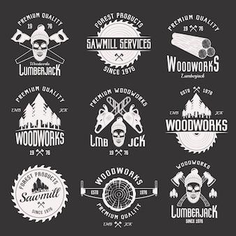 Emblemi monocromatici delle opere in legno dei servizi della segheria e del boscaiolo con gli attrezzi isolati