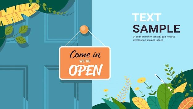 Entriamo siamo un'etichetta aperta di concetto di apertura del negozio di porta di appeso del cartello pubblicitario con l'illustrazione orizzontale piana di vettore dello spazio della copia del testo