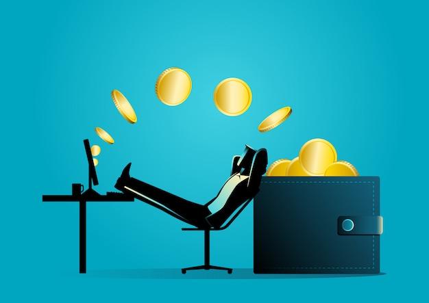 Equipaggi il rilassamento mentre riceve il trasferimento di denaro dal computer nel portafoglio