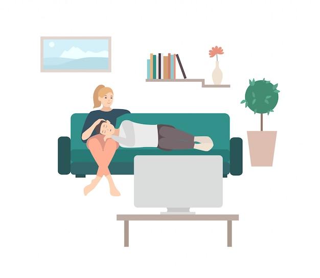 Equipaggi il sonno sul rivestimento della donna che si siede sul sofà accogliente e che guarda la tv o il televisore. giovani coppie sveglie che si rilassano a casa. coppia di personaggi dei cartoni animati maschili e femminili sul divano. illustrazione.