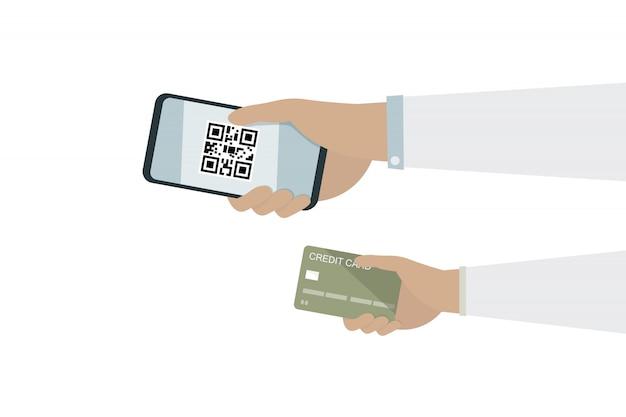 Equipaggi la mano sul telefono cellulare con il codice del qr e la mano sulla carta di credito per soldi di paga