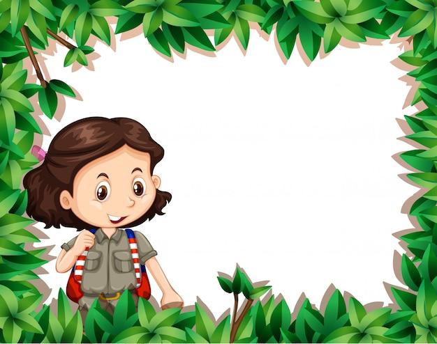 Esploratore della ragazza nel telaio della natura
