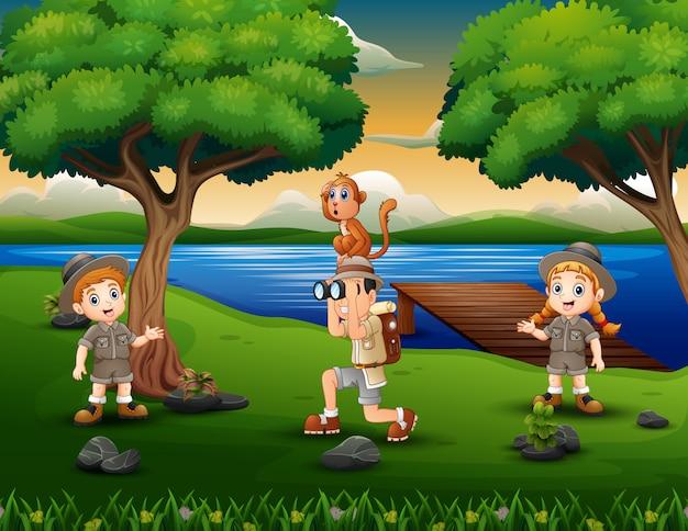 Esploratore di bambini albero in riva al fiume