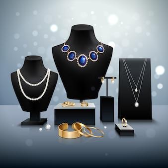 Esposizione di gioielli in oro e argento realistici su manichini e bancarelle nere su superficie grigia