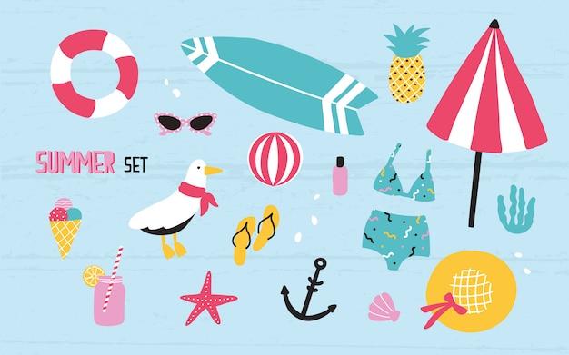 Estate colorata con elementi disegnati a mano ananas, gelato, gabbiano, tavola da surf, palla, costumi da bagno, cappello, ombrellone, occhiali da sole, salvagente, stelle marine, bevande, infradito, ancora.