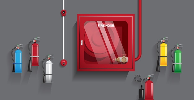 Estintore e manichetta antincendio sul muro