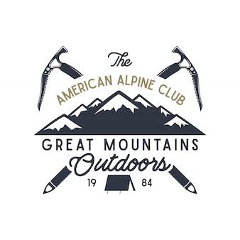 Etichetta per grandi montagne all'aperto. disegno di viaggio disegnato a mano d'epoca. per tazze da campo, magliette, stampe. elementi tipografici inclusi. vector isolare su bianco