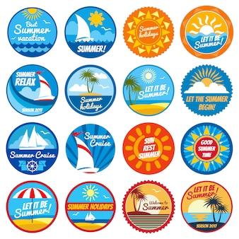 Etichette d'epoca estate. loghi vettoriali di vacanza tropicale con tipografia - emblemi con sole e mare