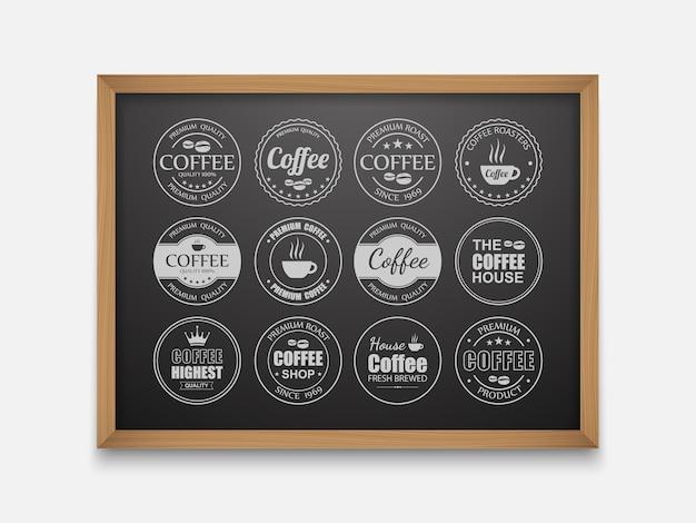Etichette di caffè sulla lavagna