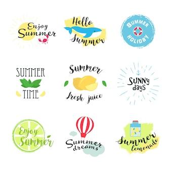 Etichette estive, loghi, etichette disegnate a mano e elementi impostati per vacanze estive, viaggi, vacanze in spiaggia, sole. illustrazione vettoriale.