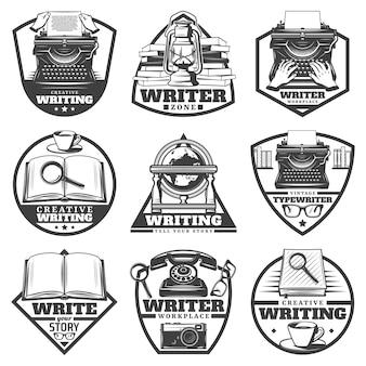 Etichette scrittore monocromatiche vintage impostate con macchina da scrivere olio lampada libri lente d'ingrandimento caffè globo occhiali fotocamera telefono isolato