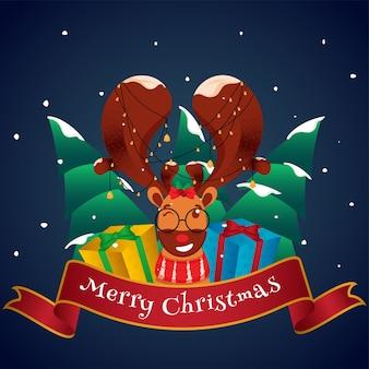 Faccia di renna che indossa una ghirlanda di campane con scatole regalo realistiche e alberi di natale innevati su sfondo blu per la celebrazione del buon natale.