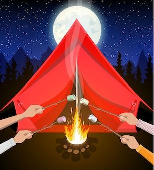 Falò con marshmallow. tronchi e fuoco.